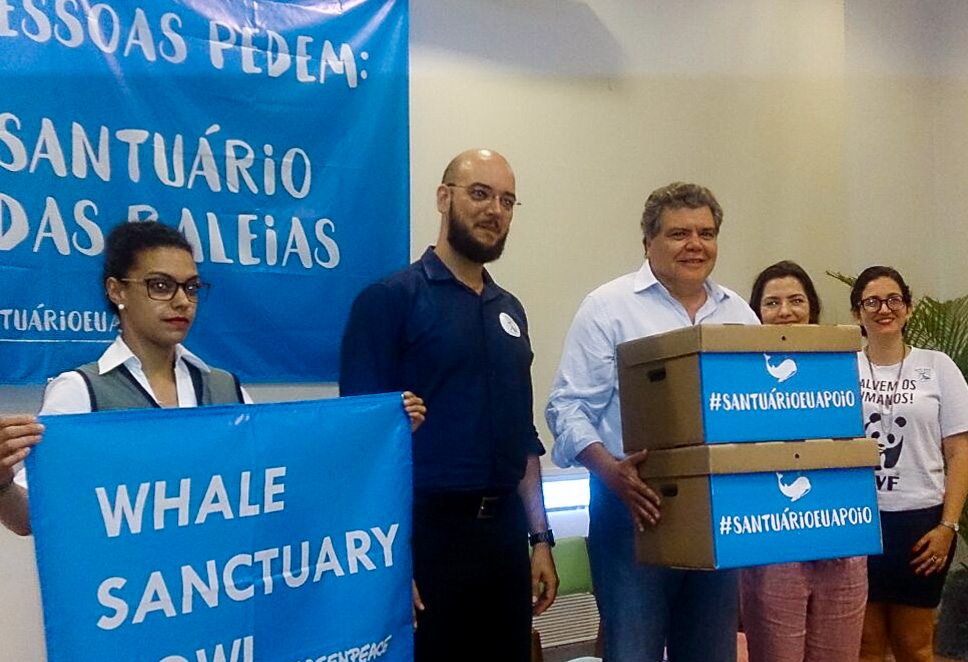 Ministro recebe assinaturas em prol de baleias