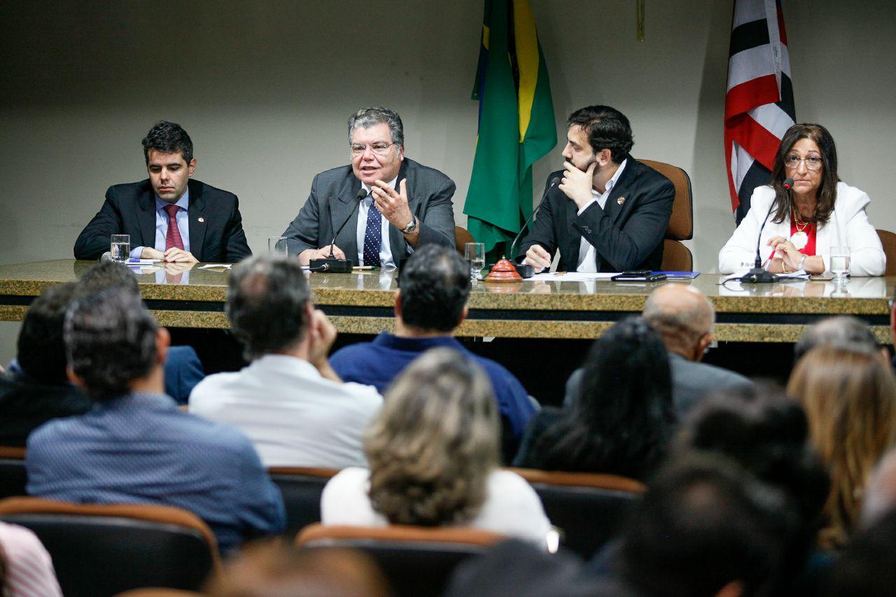 Ministro discute concessões em parques