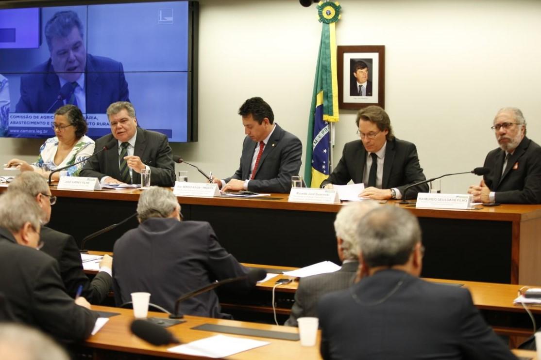 Ministro anuncia conversão de multas